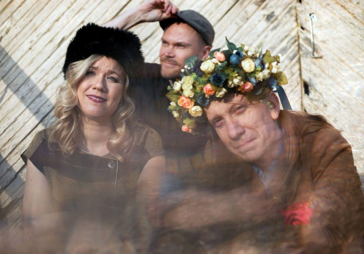 Celenkan muodostavat Emmi Kujanpää, Jarkko Niemelä ja Eero Grundström.