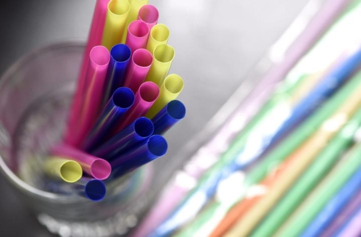 Tavoitteena on vähentää muoviroskan määrää ympäristössä. LEHTIKUVA / HEIKKI SAUKKOMAA