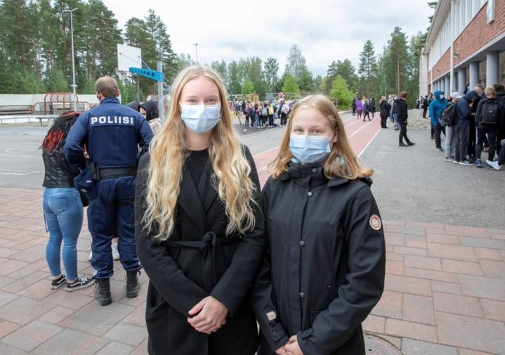 """""""Ootko mun pari"""" -kysymys voi olla todella tärkeä jollekin yksinäisyyttä potevalle koululaiselle. Liisa Liuska ja Jenna Hirvonen käyvät Pyhäselän yläkoulua ja toivovat todella, että kiusaaminen ja syrjintä loppuisi."""