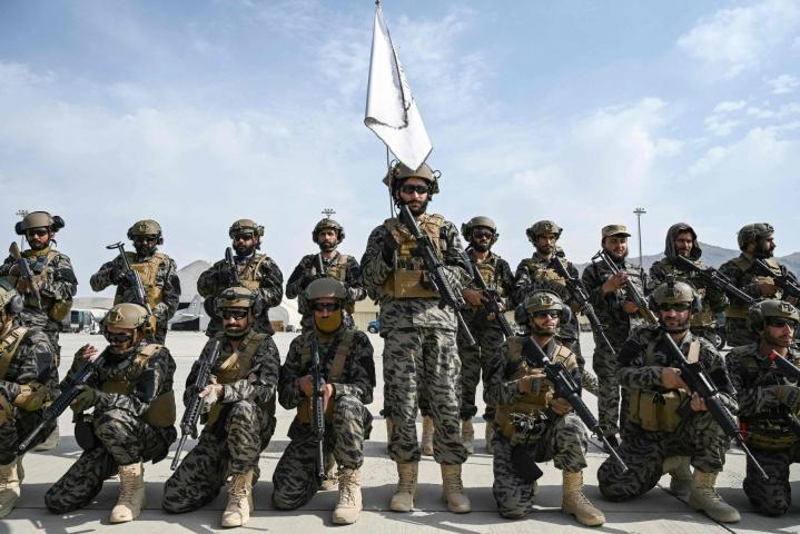 Talebanin erikoisjoukot poseerasivat Kabulin lentokentälle Yhdysvaltojen jättämissä varusteissa. Lehtikuva/AFP