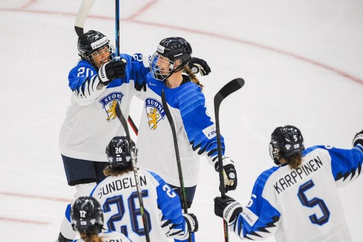 Nelli Laitinen (kesk.) teki Suomen avausmaalin. LEHTIKUVA/AFP