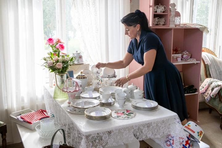 Myyjä Sara Laukkanen sanoo, että myymälän sisustuksessa on pyritty kodinomaiseen tunnelmaan. Laukkanen työskentelee myös muissa Päivi Korhosen yritystoiminnan haaroissa.