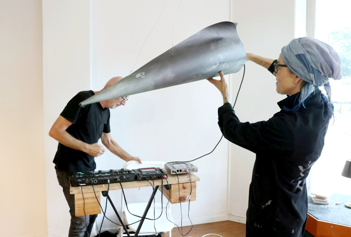 Liettualainen kuvataiteilija Marija Marcelionyte (oik.) teki äänitaiteilija Jaap Kleveringille äänitorven.