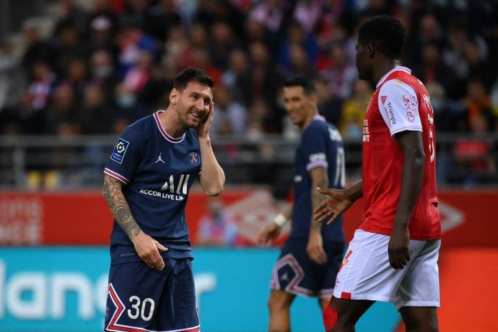 Lionel Messi (vas.) pelasi ensimmäiset minuutit uuden joukkueensa PSG:n riveissä. LEHTIKUVA/AFP