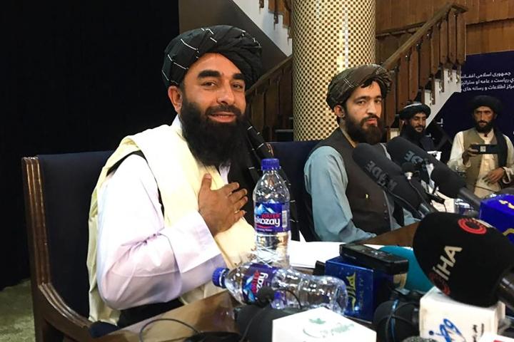 Afganistanin islamilaisen emiraatin perustamisesta ilmoitti Talebanin virallinen tiedottaja Zabihullah Mujahid (vas.) Twitter-viestissä. Kuva on talebanien tiistaisesta tiedotustilaisuudesta. LEHTIKUVA / AFP