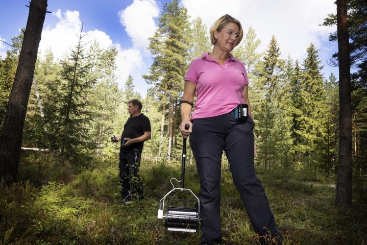 Simo Kyllönen ja Riikka Orpana myyvät poimureita oman yrityksensä Taika Innovationsin kautta.