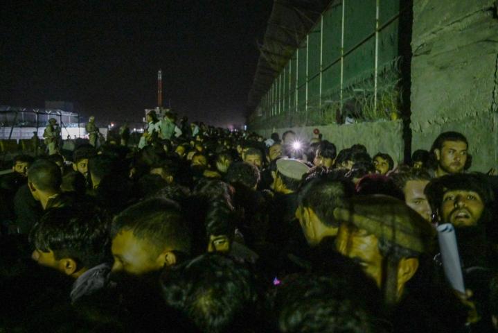 Kabulin lentokentän ulkopuolella oli sunnuntai-iltana suuri määrä ihmisiä yrittämässä pääsyä pois maasta. Lehtikuva/AFP