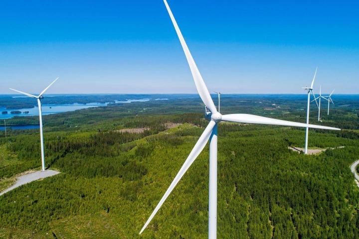 Päästöjään eniten asukasta kohden 2005–2020 vähentäneet kunnat ovat panostaneet tuulivoimaan.