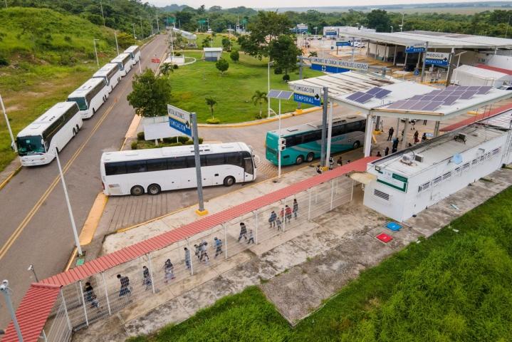 Suurin osa Yhdysvaltoihin Meksikon kautta saapuneista turvapaikanhakijoista on Keski-Amerikasta. Kuvassa bussilla kuljetettuja guateamalalaisia turvapaikanhakijoita Meksikon rajalla 19. elokuuta 2021. LEHTIKUVA / AFP