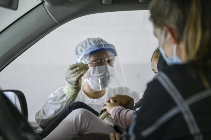 Kaikkiaan koronavirustartuntoja on raportoitu pandemian aikana Suomessa reilut 119000. LEHTIKUVA / MARKKU ULANDER