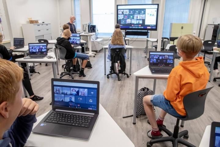 Jos tarve vaatii, siirtyvät 6A-luokan oppilaat sujuvasti etätyöasetuksiin. Luokkien työtuolit ovat oppilaiden valitsemaa mallia.