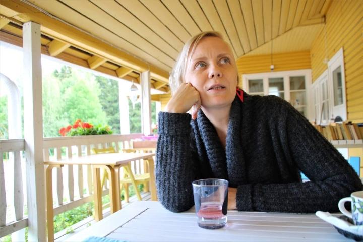 Lea Pennanen sai mieluisan työtilan Sovintolasta. Samassa rakennuksessa hän kävi aikoinaan kouluakin.