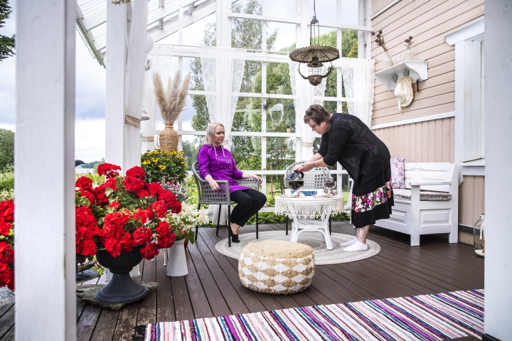 """""""Onhan pihan laittamiseen mennyt lukemattomia tunteja, mutta ei niitä lasketa"""", sanoo Airi Puustinen. Tytär Paula Puustinen ja Airi Puustinen ehtivät myös kahvittelemaan puutarhatöidensä lomassa."""