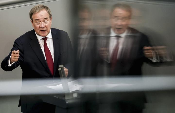 """""""Punavihreä hallituskokoonpano johtaisi Saksan hyvinvoinnin tärvelemiseen, puolustusvoimien aseman heikentymiseen sekä eurooppalaisen turvallisuus- ja ulkopolitiikan mahdottomuuteen"""", sanoo Saksan kristillisdemokraattien liittokansleriehdokas Armin Laschet haastattelussa."""