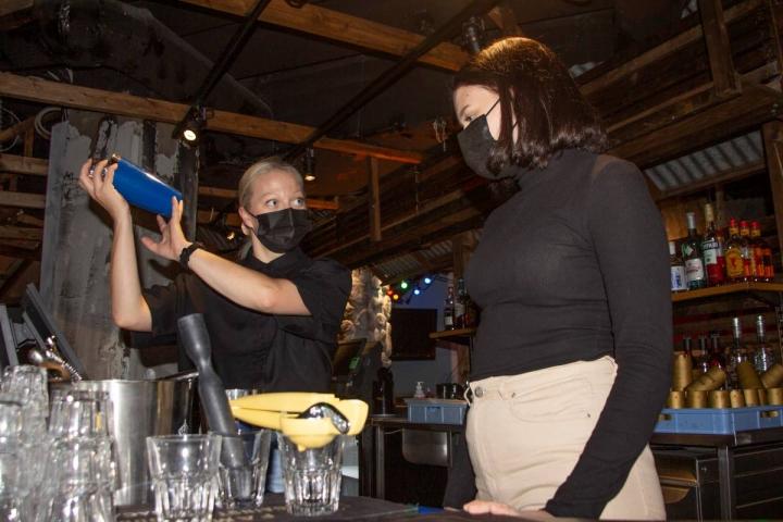 Outi Pohjoranta (vas.) näyttää Jenna Kauppiselle, kuinka drinkkejä tehdään. Kauppinen on täysi-ikäinen, ja toimii Itä-Suomen lukiolaisten puheenjohtajana.