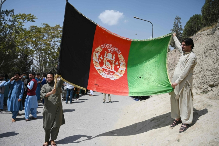 Afganistanissa osa vietti maan itsenäisyyspäivää eilen ottamalla esiin maan liput. Osissa maata osoitettiin eilen mieltä Talebanin halintoa vastaan. LEHTIKUVA / AFP