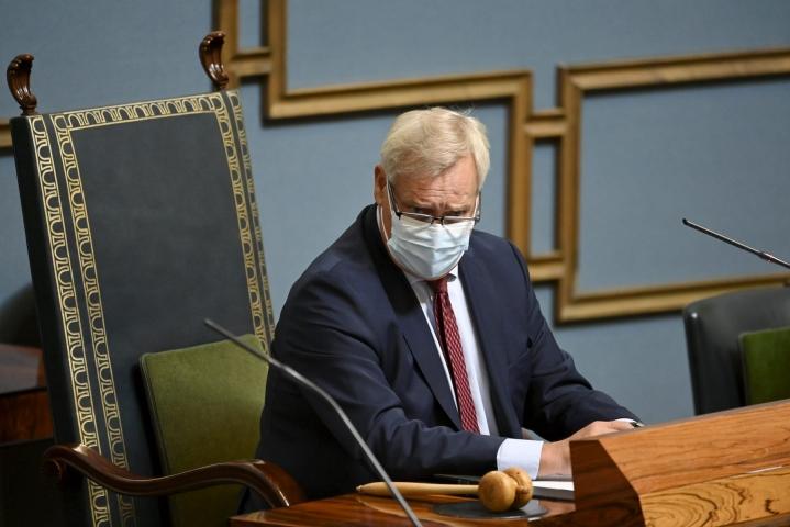 Puhemies Antti Rinne (sd.) kehotti edustajia pitämään Afganistanin tilanteen vuoksi järjestetyssä ylimääräisessä täysistunnossa kiteytettyjä puheenvuoroja, koska jokainen minuutti on tärkeä. LEHTIKUVA / JUSSI NUKARI