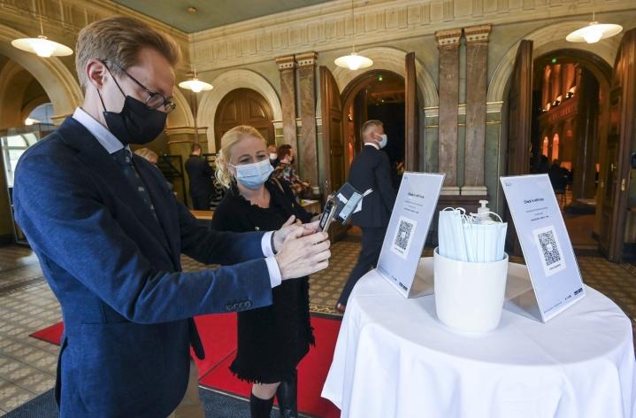 Helsingissä testattiin mahdollisen koronapassin käytännön toteutusta kutsuvierastilaisuudessa maanantaina. LEHTIKUVA / Markku Ulander