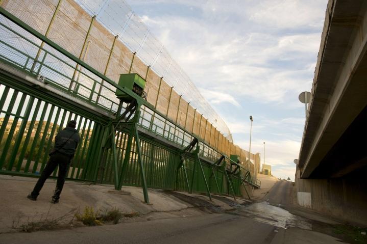 Noin 350 siirtolaista yritti kiivetä Marokon puolelta Espanjaan kuuluvalle Melillan erillisalueelle varhain lauantaina. Kuvassa Espanjan rajavartija Melillassa raja-aidan luona. LEHTIKUVA/AFP