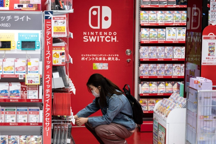 Nintendo kertoi maaliskuussa päättyneen tulosvuoden aikana ennätyksellisistä tuloksista. Koronapandemian myötä lisääntynyt kotonaolo on siivittänyt peliyhtiöiden tulosta ympäri maailman.  LEHTIKUVA / AFP