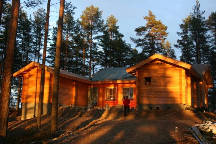 Taiteilijatalo Hupeli sijaitsee luonnonkaunilla paikalla aivan Vuonislahden vanhan pappilan vieressä.