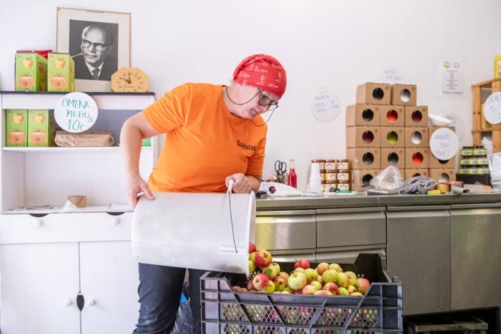 Piia Soininen kaataa Tuupovaarasta tulleita omenoita mehustusjonoon. Yhdestä puusta on kerätty lähes 60 kiloa omenoita.