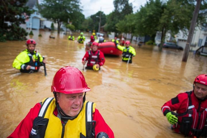 Vapaapalokuntalaiset auttoivat sunnuntaina evakuoinnessa Yhdysvaltain New Jerseyn osavaltiossa. LEHTIKUVA / AFP