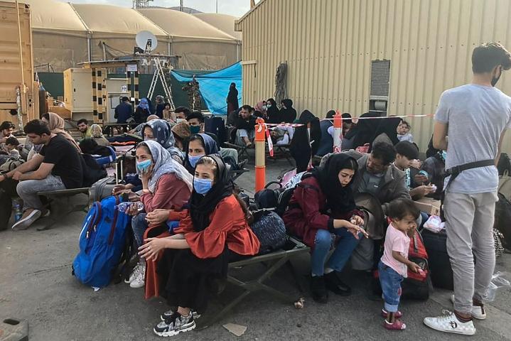 Borrellin mukaan EU:n evakuointiponnisteluja hankaloittaa tällä hetkellä pääsy lentokentälle, jossa Yhdysvaltain ylläpitämät turvatoimet ovat äärimmäisen tiukat. LEHTIKUVA / AFP