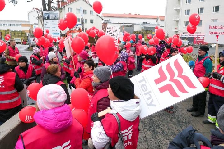 Pohjois-Karjalan keskussairaalan henkilökuntaa marssi ulos työpaikaltaan ja suuntasi kohti Joensuun keskustaa vuonna 2017.