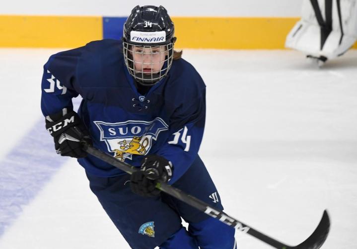 Sofianna Sundelin jääkiekon naisten maajoukkueen harjoitusottelussa KalPan alle 16-vuotiaita poikia vastaan Heinolan Vierumäellä huhtikuussa 2021. LEHTIKUVA / JUSSI NUKARI