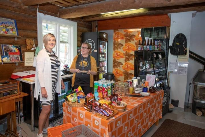 Minna Kettunen (vas.) ja Marja Tiittanen ovat ahkeroineet Kaunisniemen kahvilassa koko kesän.