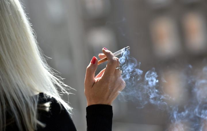 Isännöintiliitto toivoisi lakimuutoksia, joilla tupakointia voitaisiin säännellä taloyhtiöissä tiukemmin. LEHTIKUVA / EMMI KORHONEN