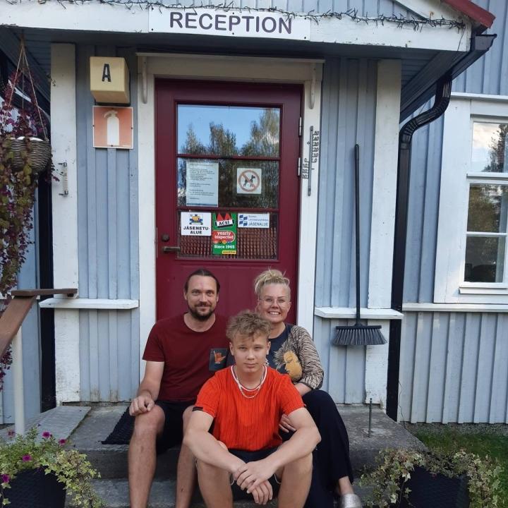 Tiina Kujamäki ja Mika Kanerva poikansa Vernerin kanssa ovat Koli Freetimen tuoreet omistajat.