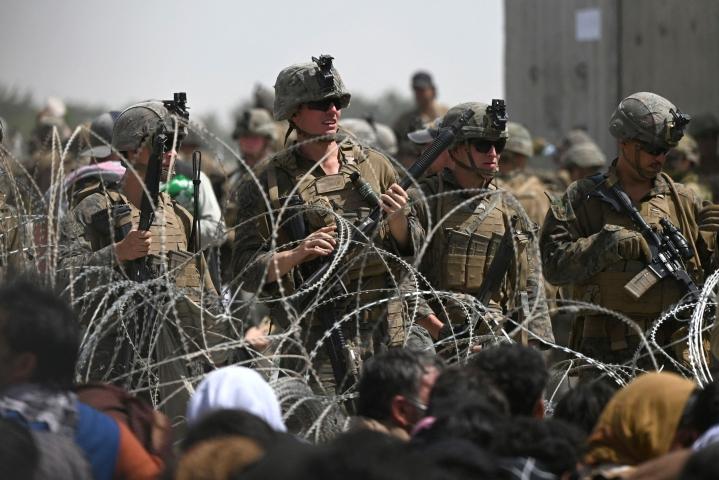 Kabulin lentokenttä on jäänyt kaaoksen valtaan. LEHTIKUVA / AFP