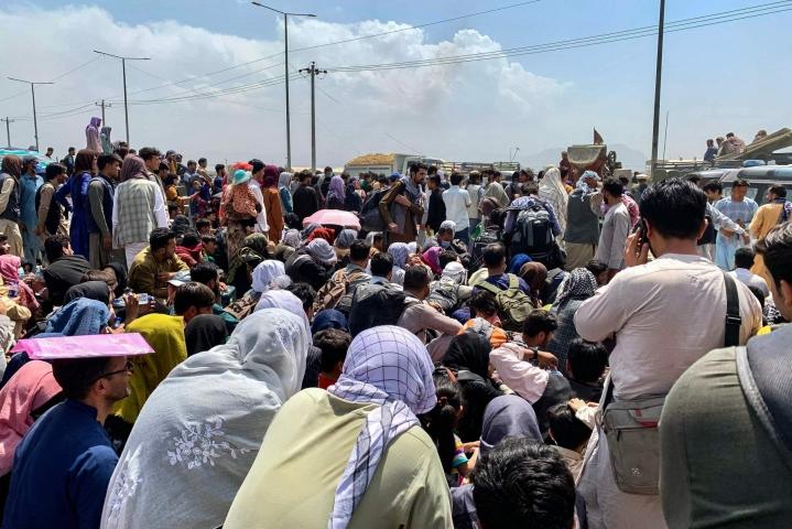 Kabulissa tien varteen kerääntyneet ihmiset odottavat pääsevänsä evakuointilennolle. LEHTIKUVA / AFP