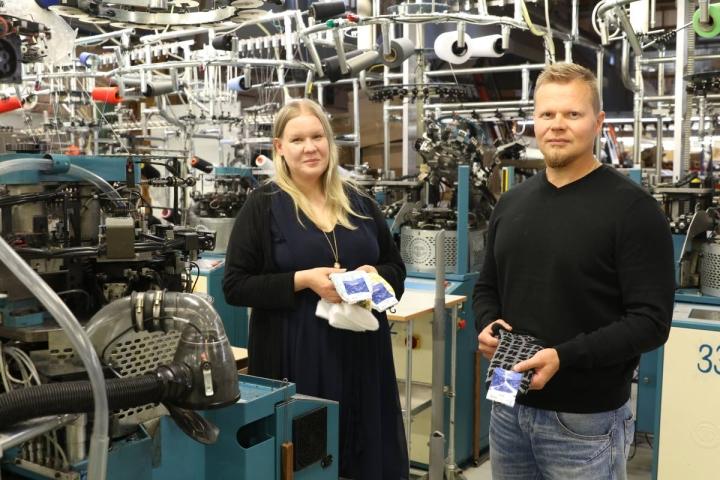 Tesema Oy:n toimitusjohtaja Sanna Pulkkinen ja hallituksen puheenjohtaja Heikki Kaiholehto luottavat kotimaisten laatutuotteiden asemaan sukkamarkkinoilla.