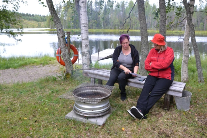 Päivi Solehmainen (vas.) ja Marjatta Suihko kävivät katsastamassa Hurttasen uimarannan, jonne kyläyhdistys on talkoilla rakentanut uuden kuivakäymälän.