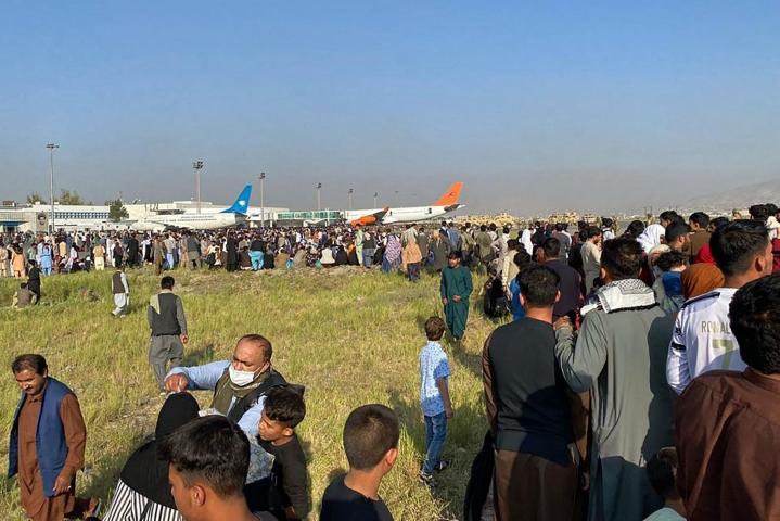 Kabulin lentokenttä on täyttynyt pakoonpääsyä toivovista ihmisistä. LEHTIKUVA/AFP