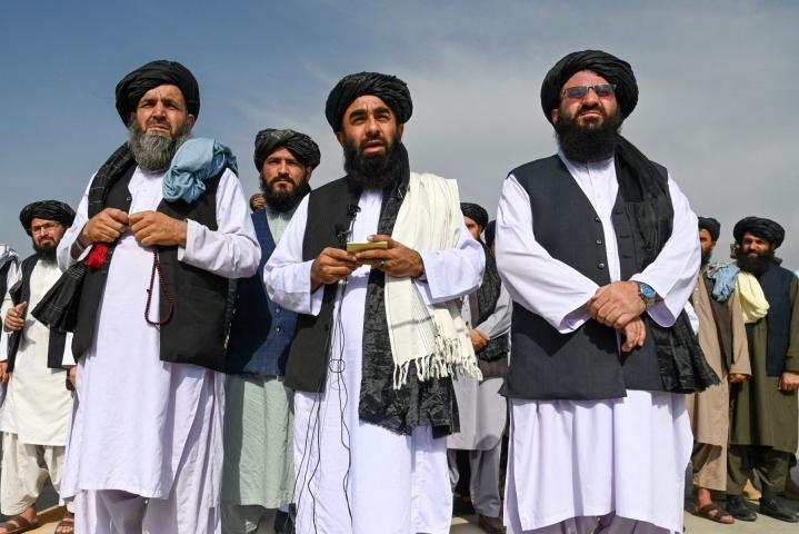 Talebanin tiedottaja Zabihullah Mujahid puhui medialle Kabulin lentokentällä yhdysvaltalaisten poistuttua. Lehtikuva/AFP