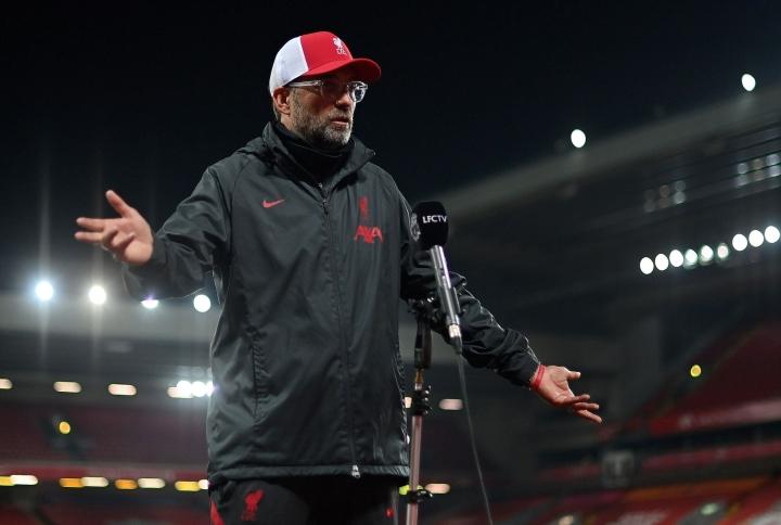 Klopp toivoi Liverpoolin kannattajien keskittyvän You'll Never Walk Alonen kaltaisiin kannatuslauluihin.  LEHTIKUVA/AFP
