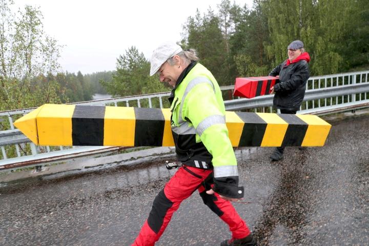 Timoi Munne (edessä) ja Henry Räsänen esiintyvät torstaina Ohtaansalmen vanhalla sillalla, jonne he pystyttävät merkit maakuntien rajalle.