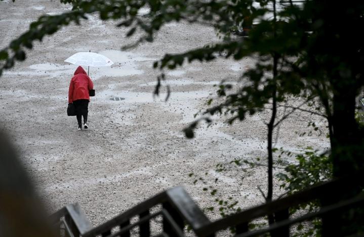 Sadevaroituksen mukaan aamupäivästä alkaen sadetta voidaan saada yli 50 milliä vuorokaudessa.  LEHTIKUVA / HEIKKI SAUKKOMAA