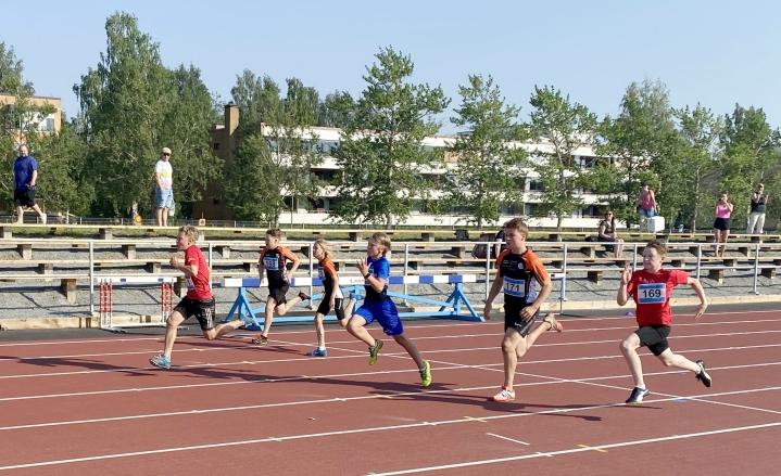 Seurat keräsivät pisteitä kesäkuussa Joensuun keskuskentällä, jossa nähtiin myös 13-vuotiaiden poikien 60 metrin lähtö seuracupin ensimmäisessä karsintakisassa.