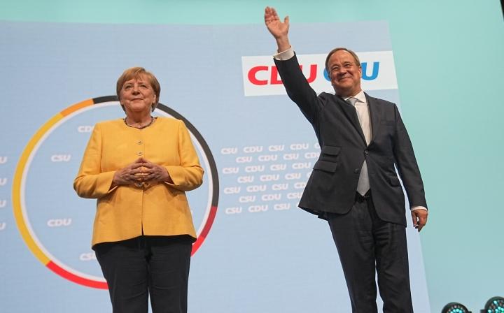 Saksan väistyvä liittokansleri Angela Merkel ja hänen seuraajakseen pyrkivä Armin Laschet esiintyivät puolueensa CDU:n vaalitilaisuudessa Berliinissä. DPA / LEHTIKUVA