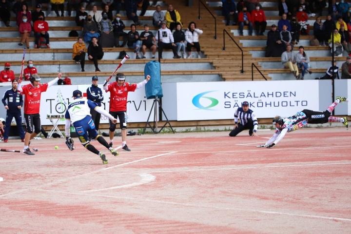 Hyvän pelin pelannut Kiteen Pallon syöksyvä jokeri Juuso Lattu toi Sami Partasen lyömän juoksun.