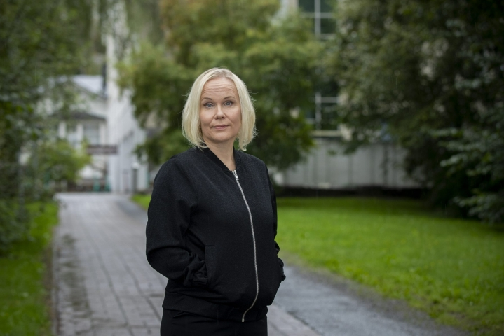 Eläin- ja ympäristöetiikan dosentti Elisa Aaltolan mukaan ihmisten pitäisi auttaa karhuemoa, sillä se on loukkaantunut ihmisen asettamasta pyyntiraudasta. LEHTIKUVA / RONI LEHTI