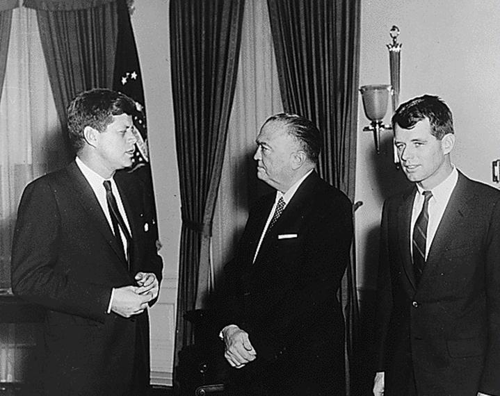 Senaattori Robert F. Kennedy (oik.) oli presidentti John F. Kennedyn (vas.) nuorempi veli. LEHTIKUVA / AFP