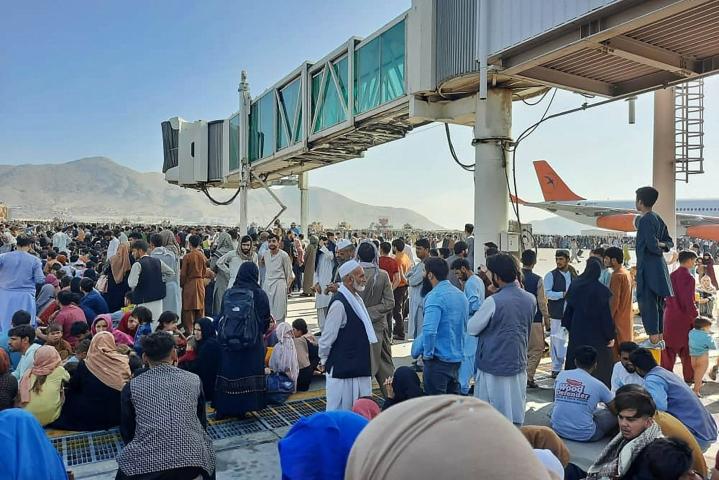 Kabulin lentokenttä on täyttynyt ihmisistä, jotka yrittävät päästä pois maasta. LEHTIKUVA/AFP