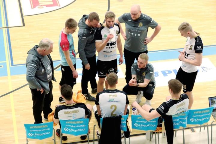 Arkistokuvassa ohjeita jakava Matti Alatalo aloitti Hurmoksessa toisen kautensa päävalmentajana. Joensuulaisjoukkue vieraili perjantaina Kokkolassa kauden ensimmäisessä harjoitusottelussa.