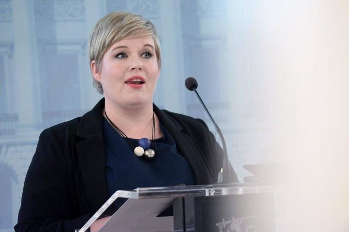 Valtiovarainministeri Annika Saarikon mukaan kestävyysvajeen hoidossa tarvitaan sekä elvytystä että leikkauksia.